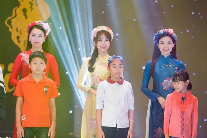 Á hậu Phương Nga tham gia trình diễn BST áo dài của Hoa hậu Ngọc Hân - ảnh 5
