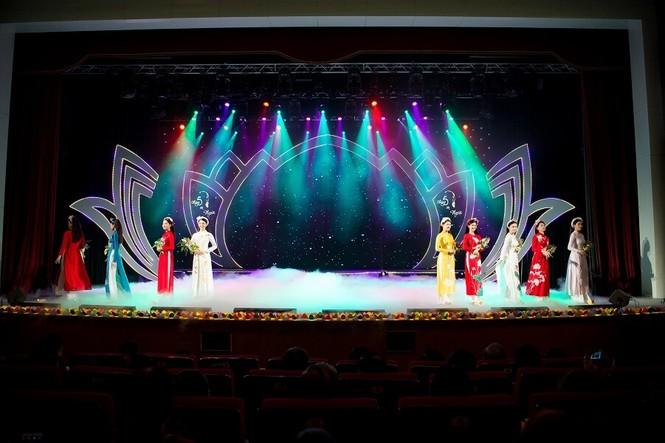 Á hậu Phương Nga tham gia trình diễn BST áo dài của Hoa hậu Ngọc Hân - ảnh 2