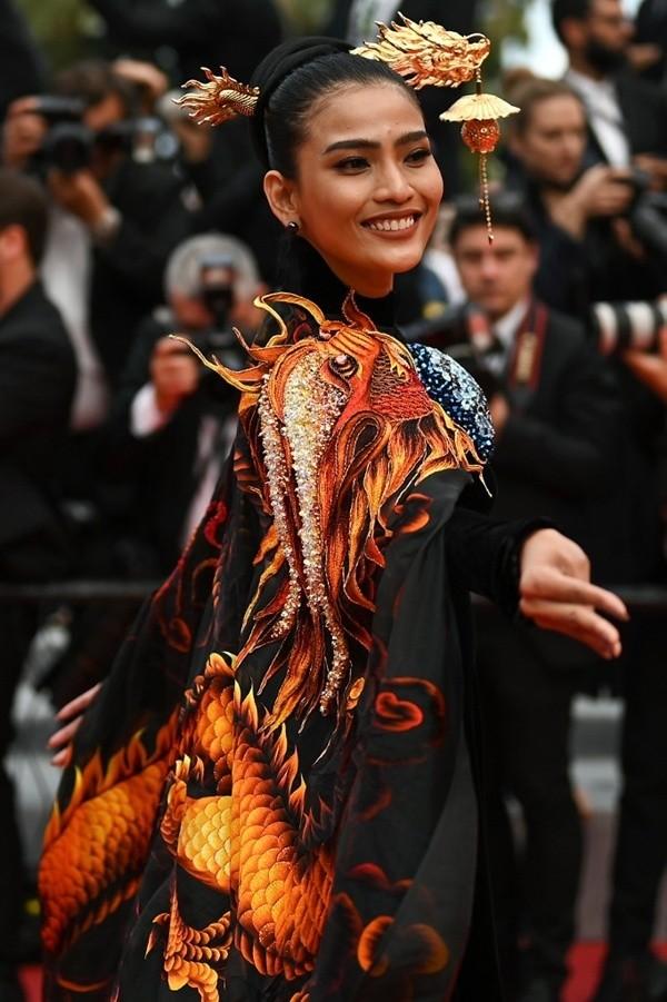 Á hậu Trương Thị May xuất hiện nổi bật trên thảm đỏ LHP Cannes 2019 ngày thứ 9 - ảnh 2
