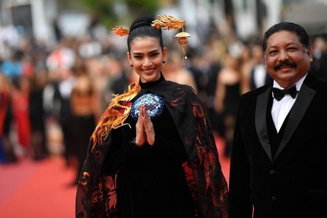Á hậu Trương Thị May xuất hiện nổi bật trên thảm đỏ LHP Cannes 2019 ngày thứ 9 - ảnh 3