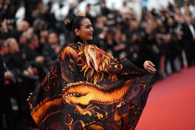 Á hậu Trương Thị May xuất hiện nổi bật trên thảm đỏ LHP Cannes 2019 ngày thứ 9 - ảnh 1