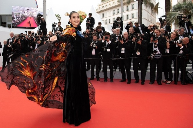 Á hậu Trương Thị May xuất hiện nổi bật trên thảm đỏ LHP Cannes 2019 ngày thứ 9 - ảnh 4