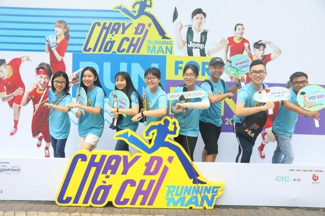 Hàng trăm fan háo hức tham gia đường chạy cùng các thành viên