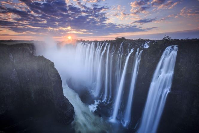 Bể bơi của Quỷ dữ trên đỉnh thác nước nguy hiểm nhất thế giới - ảnh 1