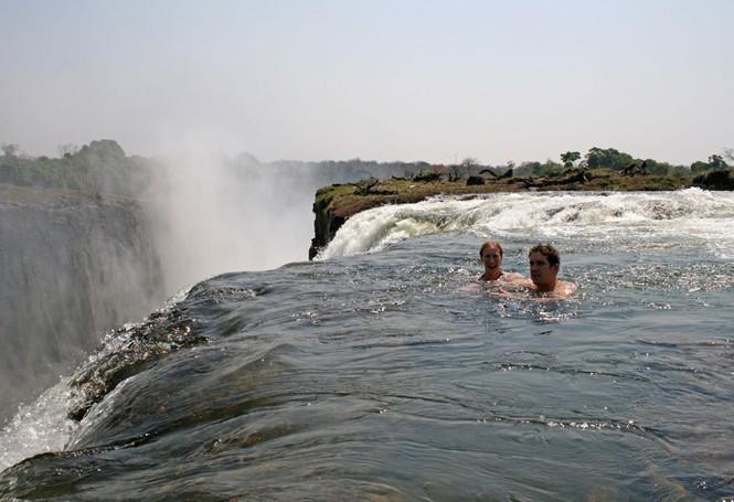 Bể bơi của Quỷ dữ trên đỉnh thác nước nguy hiểm nhất thế giới - ảnh 2