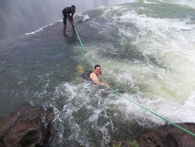Bể bơi của Quỷ dữ trên đỉnh thác nước nguy hiểm nhất thế giới - ảnh 3