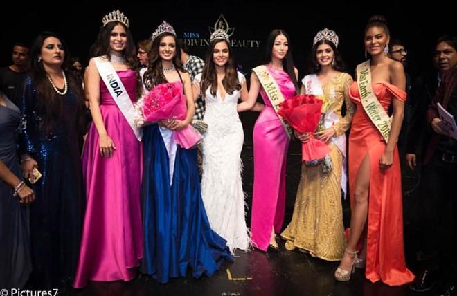 Phương Khánh trao vương miện cho tân Hoa hậu Ấn Độ tại