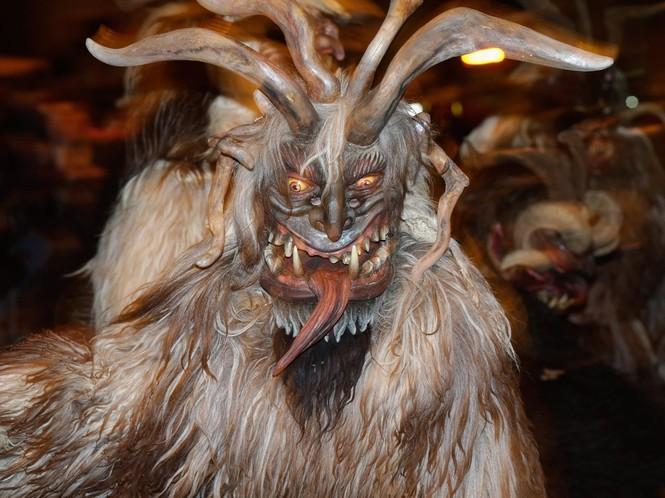 Ông già Noel ma quỷ và những kiểu đón Giáng sinh lạ nhất - ảnh 1