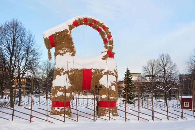 Ông già Noel ma quỷ và những kiểu đón Giáng sinh lạ nhất - ảnh 2