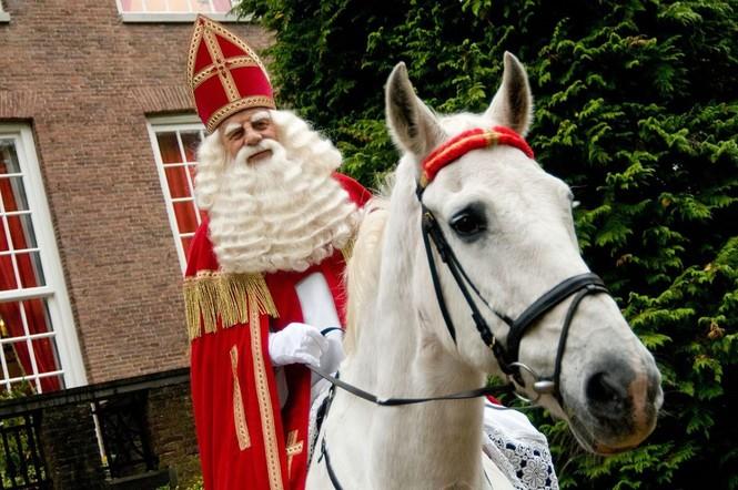 Ông già Noel ma quỷ và những kiểu đón Giáng sinh lạ nhất - ảnh 5