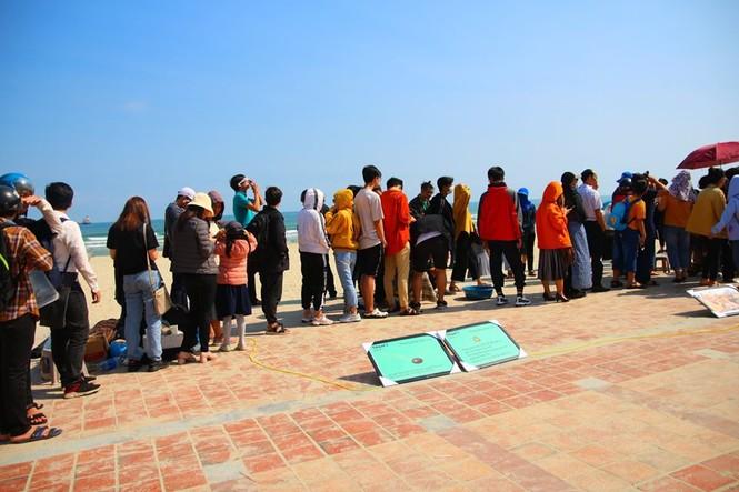 Các bạn trẻ Đà Nẵng thích thú ngắm nhật thực không-thể-bỏ-lỡ của thập kỷ 2010s - ảnh 6