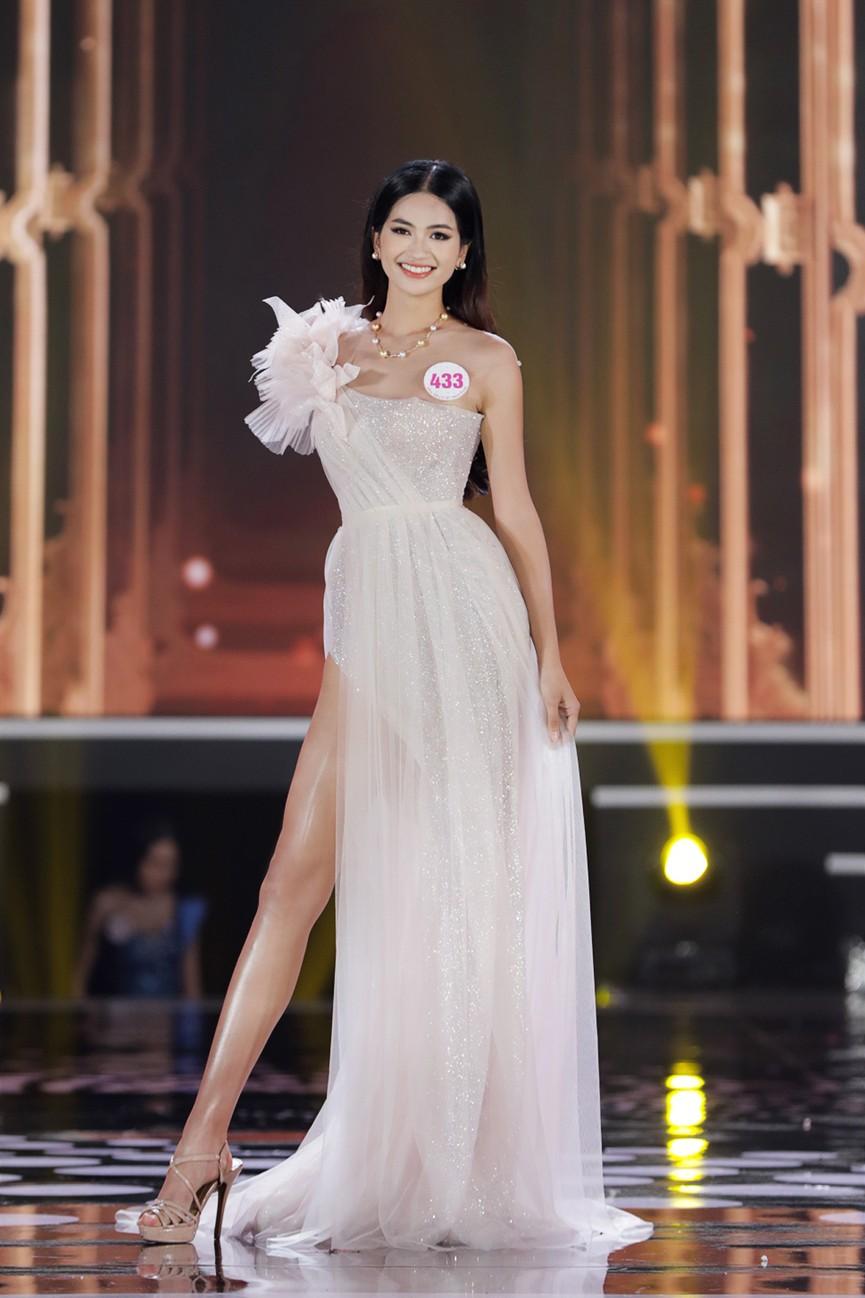 Top 15 Hoa hậu Việt Nam 2020 quyến rũ với váy xẻ cao, khoe chân thon dài - ảnh 1