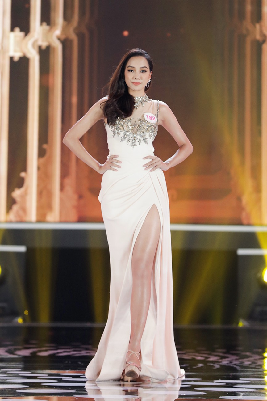 Top 15 Hoa hậu Việt Nam 2020 quyến rũ với váy xẻ cao, khoe chân thon dài - ảnh 4