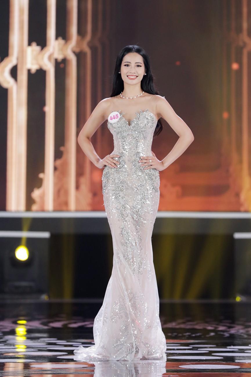 Top 15 Hoa hậu Việt Nam 2020 quyến rũ với váy xẻ cao, khoe chân thon dài - ảnh 9