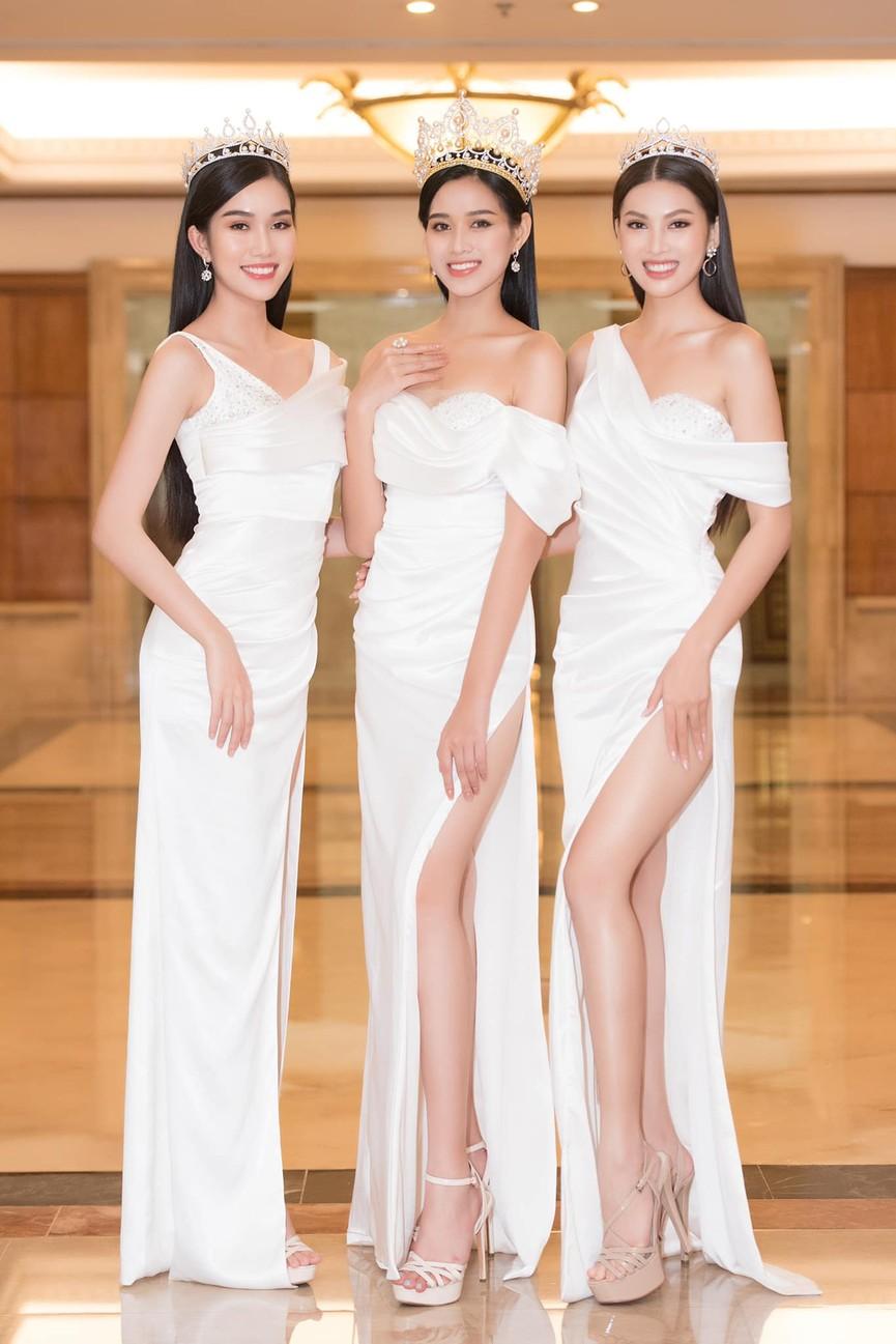 Đỗ Thị Hà, Phương Anh, Ngọc Thảo diện váy xẻ cao khoe vẻ quyến rũ sau đêm đăng quang - ảnh 2