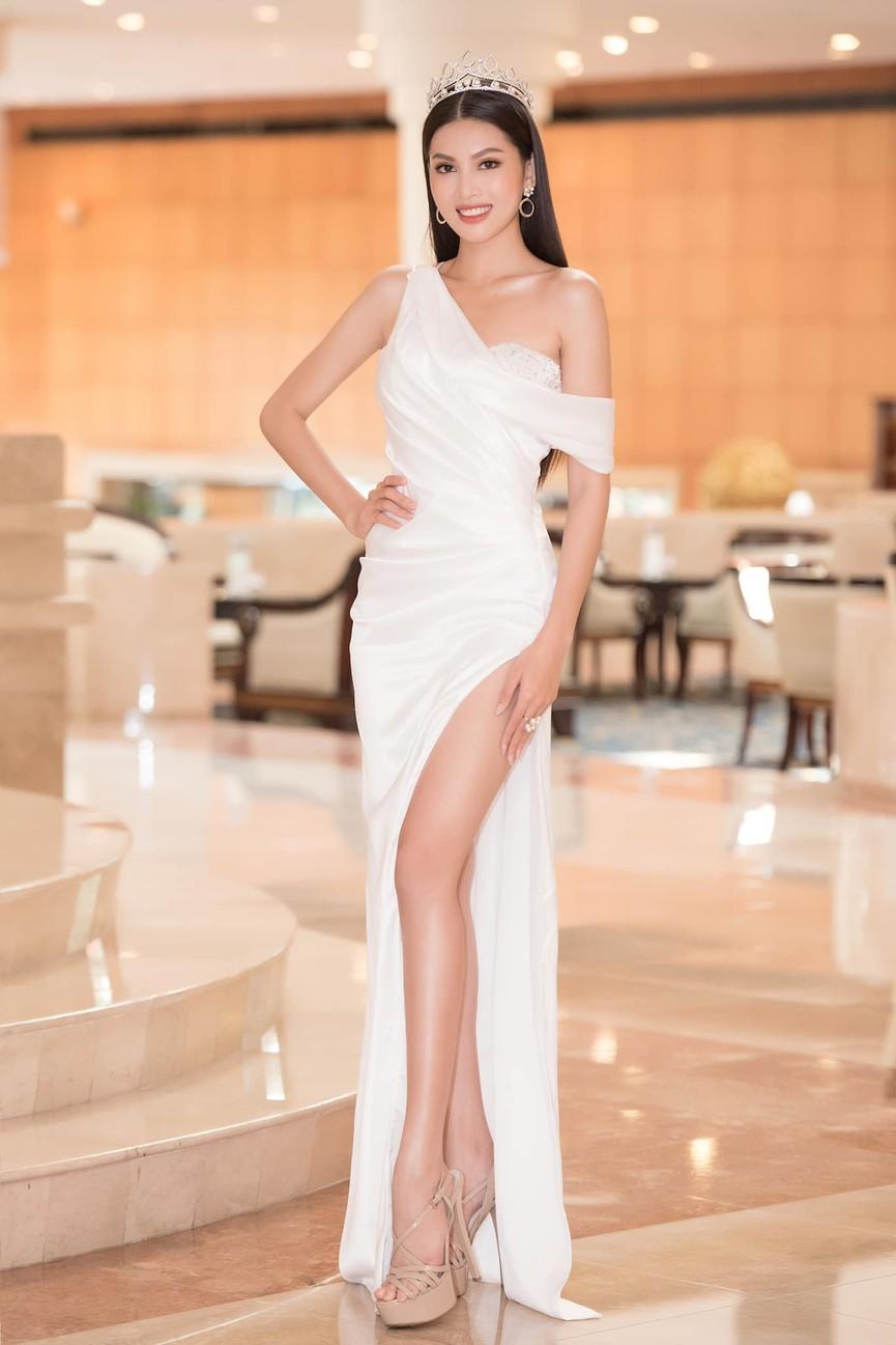 Đỗ Thị Hà, Phương Anh, Ngọc Thảo diện váy xẻ cao khoe vẻ quyến rũ sau đêm đăng quang - ảnh 7