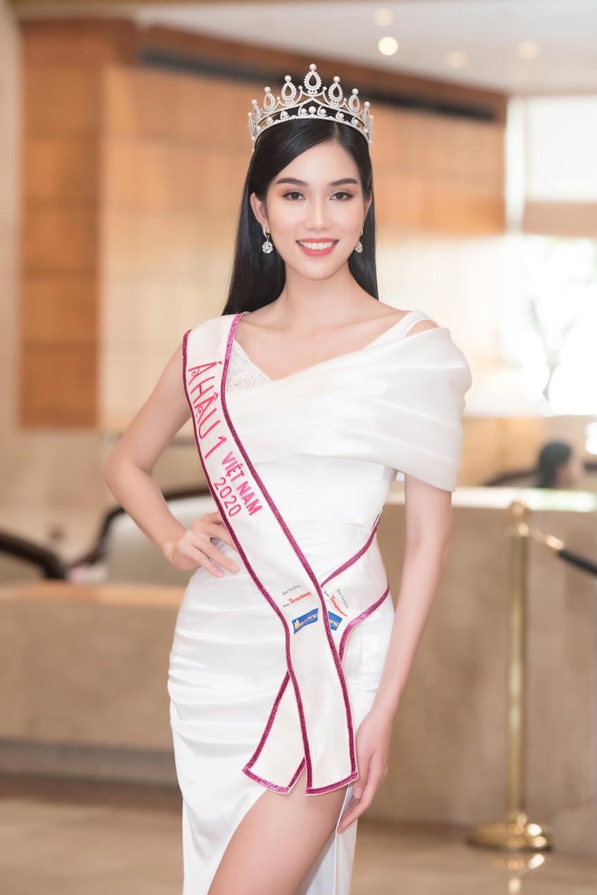 Đỗ Thị Hà, Phương Anh, Ngọc Thảo diện váy xẻ cao khoe vẻ quyến rũ sau đêm đăng quang - ảnh 5