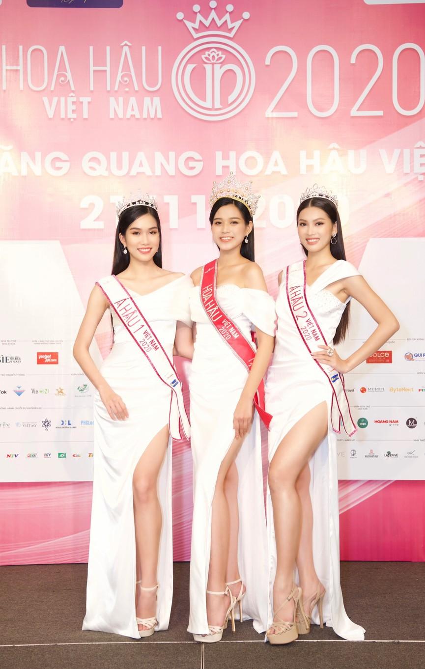 Đỗ Thị Hà, Phương Anh, Ngọc Thảo diện váy xẻ cao khoe vẻ quyến rũ sau đêm đăng quang - ảnh 8