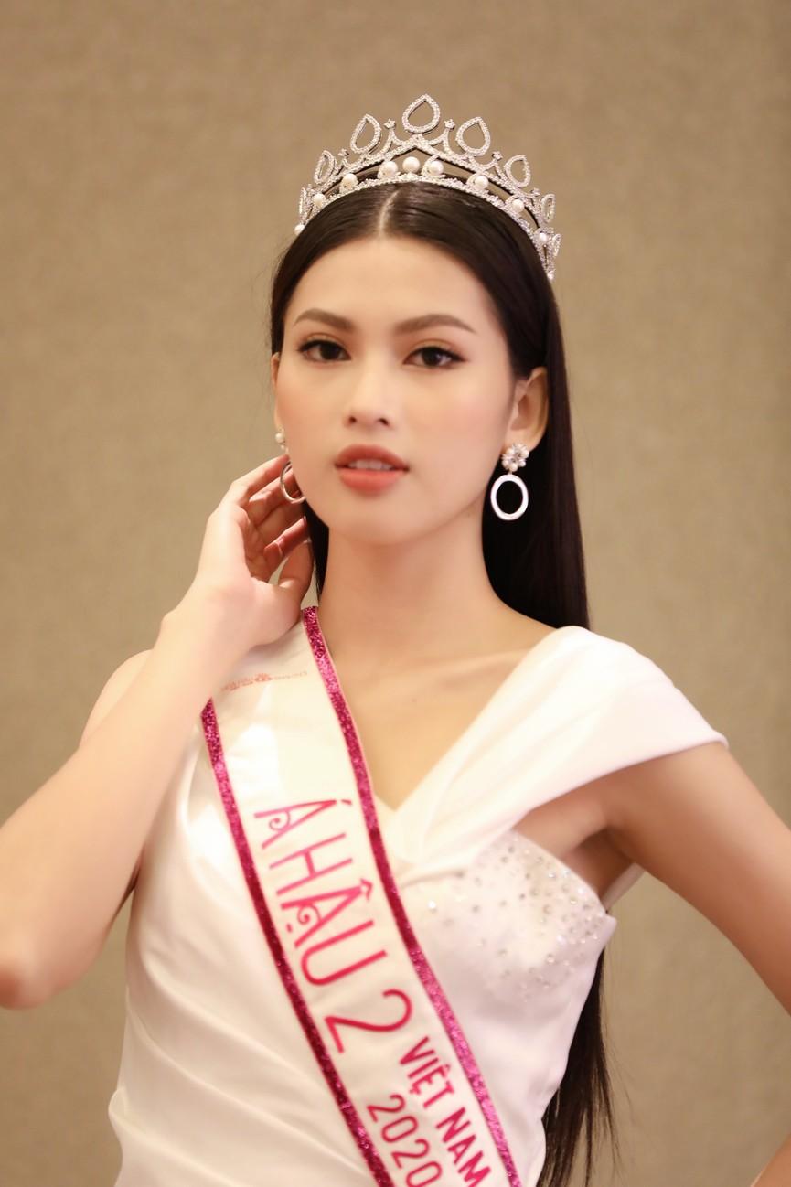 Đỗ Thị Hà, Phương Anh, Ngọc Thảo diện váy xẻ cao khoe vẻ quyến rũ sau đêm đăng quang - ảnh 11