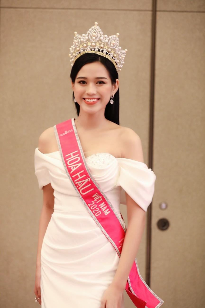 Đỗ Thị Hà, Phương Anh, Ngọc Thảo diện váy xẻ cao khoe vẻ quyến rũ sau đêm đăng quang - ảnh 9