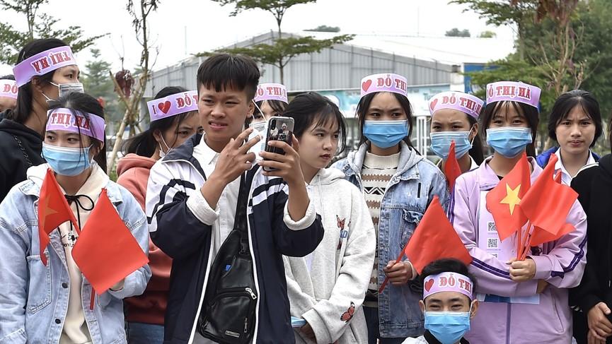 Người dân xứ Thanh chào đón Hoa hậu Đỗ Thị Hà lần đầu trở về sau đăng quang - ảnh 2