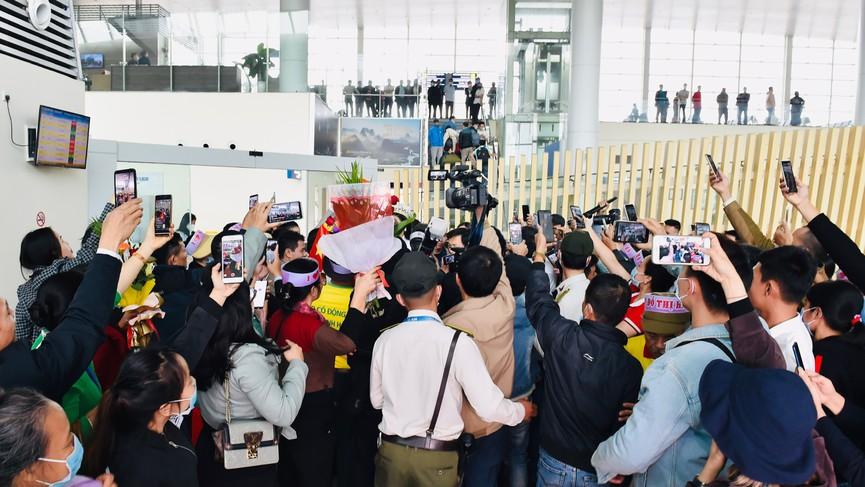 Người dân xứ Thanh chào đón Hoa hậu Đỗ Thị Hà lần đầu trở về sau đăng quang - ảnh 11