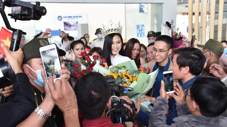 Người dân xứ Thanh chào đón Hoa hậu Đỗ Thị Hà lần đầu trở về sau đăng quang - ảnh 12