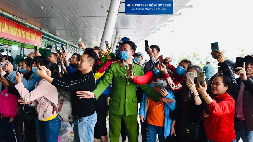 Người dân xứ Thanh chào đón Hoa hậu Đỗ Thị Hà lần đầu trở về sau đăng quang - ảnh 13
