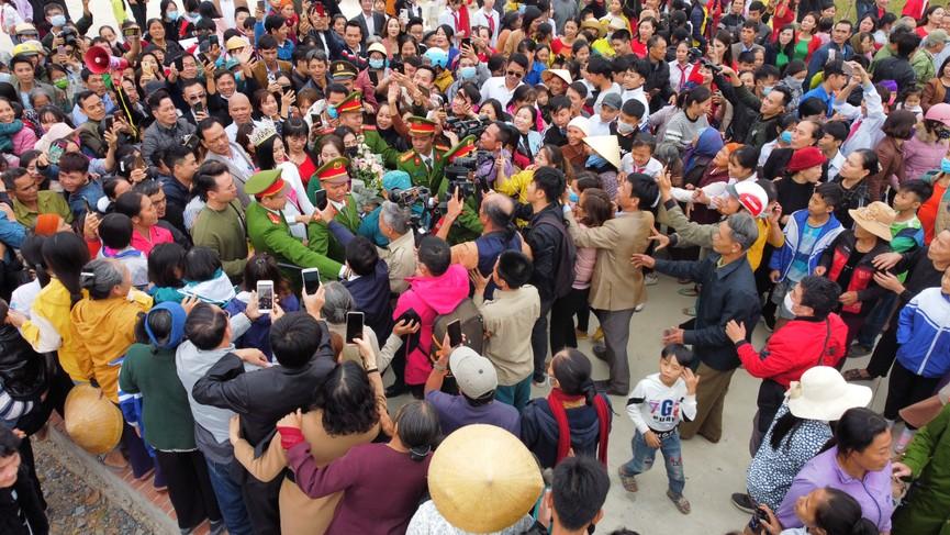 Người dân xứ Thanh chào đón Hoa hậu Đỗ Thị Hà lần đầu trở về sau đăng quang - ảnh 15