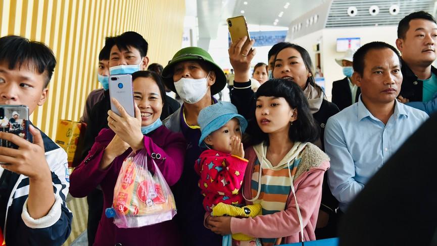 Người dân xứ Thanh chào đón Hoa hậu Đỗ Thị Hà lần đầu trở về sau đăng quang - ảnh 4