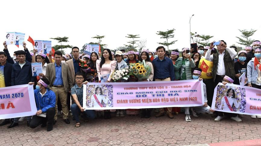 Người dân xứ Thanh chào đón Hoa hậu Đỗ Thị Hà lần đầu trở về sau đăng quang - ảnh 1