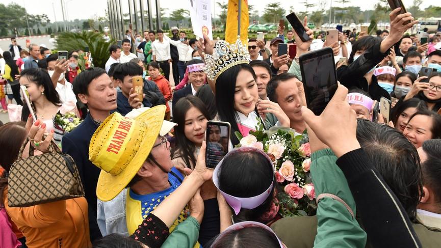 Người dân xứ Thanh chào đón Hoa hậu Đỗ Thị Hà lần đầu trở về sau đăng quang - ảnh 10