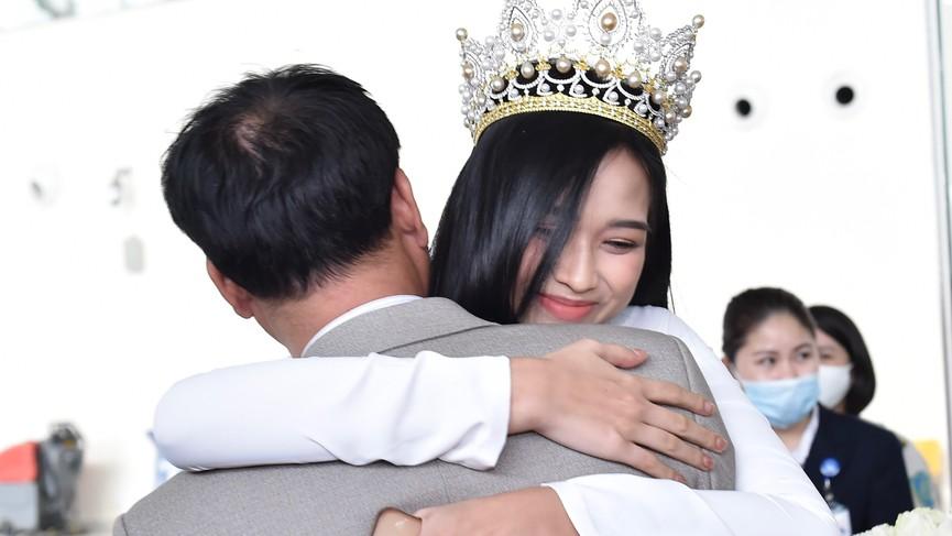 Người dân xứ Thanh chào đón Hoa hậu Đỗ Thị Hà lần đầu trở về sau đăng quang - ảnh 6