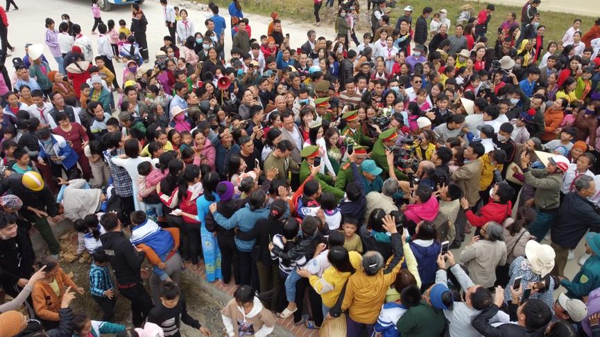 Người dân xứ Thanh chào đón Hoa hậu Đỗ Thị Hà lần đầu trở về sau đăng quang - ảnh 14