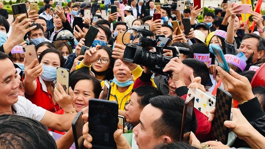 Người dân xứ Thanh chào đón Hoa hậu Đỗ Thị Hà lần đầu trở về sau đăng quang - ảnh 8