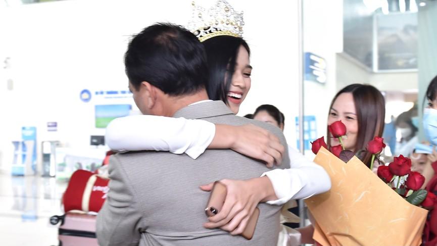 Người dân xứ Thanh chào đón Hoa hậu Đỗ Thị Hà lần đầu trở về sau đăng quang - ảnh 7