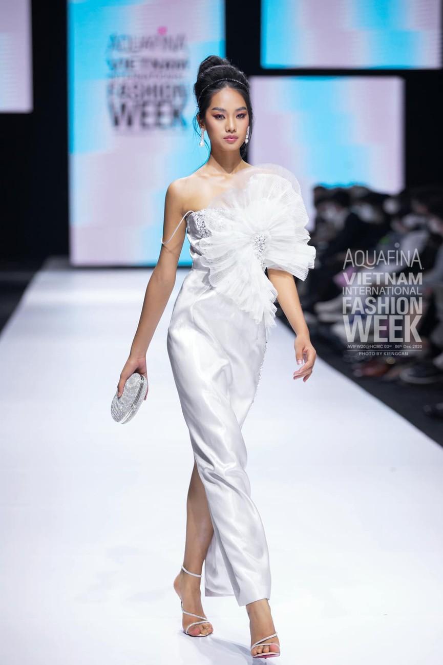 'Người đẹp Thời trang' Thanh Nhàn sải bước quyến rũ trên sàn catwalk - ảnh 4