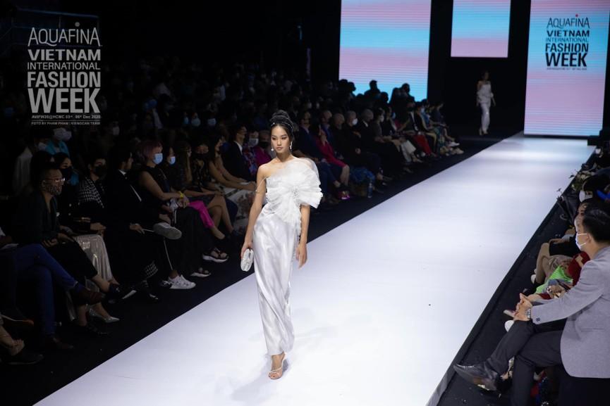 'Người đẹp Thời trang' Thanh Nhàn sải bước quyến rũ trên sàn catwalk - ảnh 5