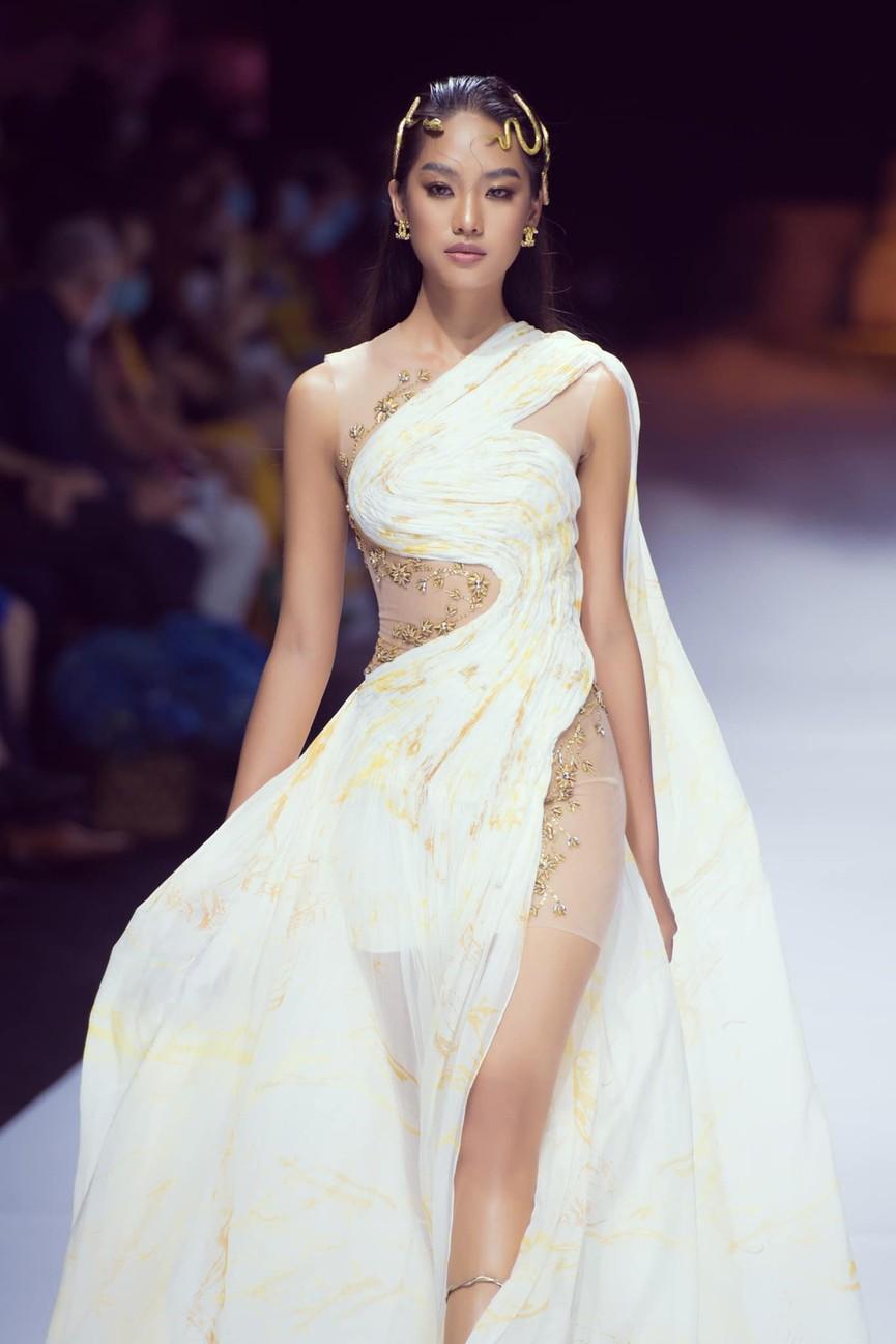 'Người đẹp Thời trang' Thanh Nhàn sải bước quyến rũ trên sàn catwalk - ảnh 2