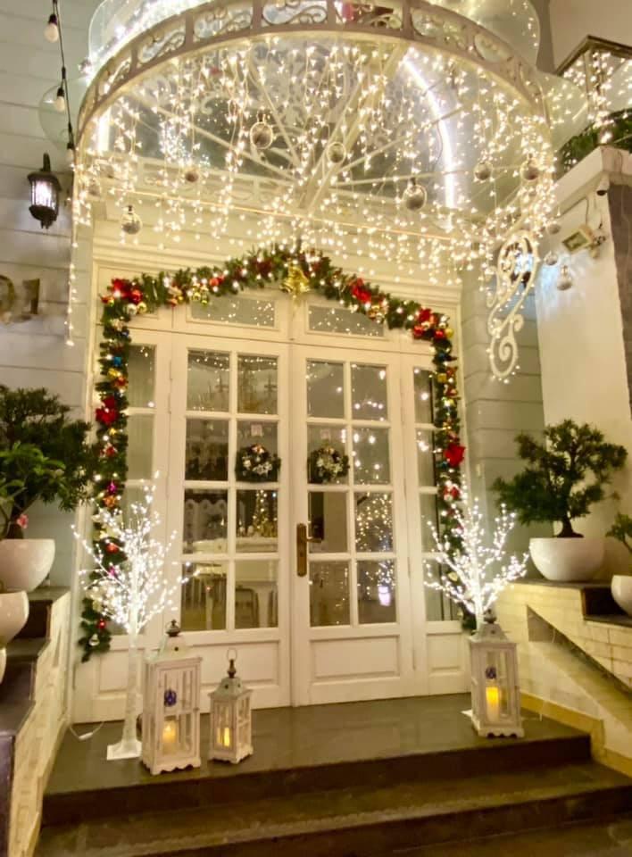 Siêu mẫu Thúy Hạnh trang hoàng biệt thự triệu đô đón Giáng sinh  - ảnh 1
