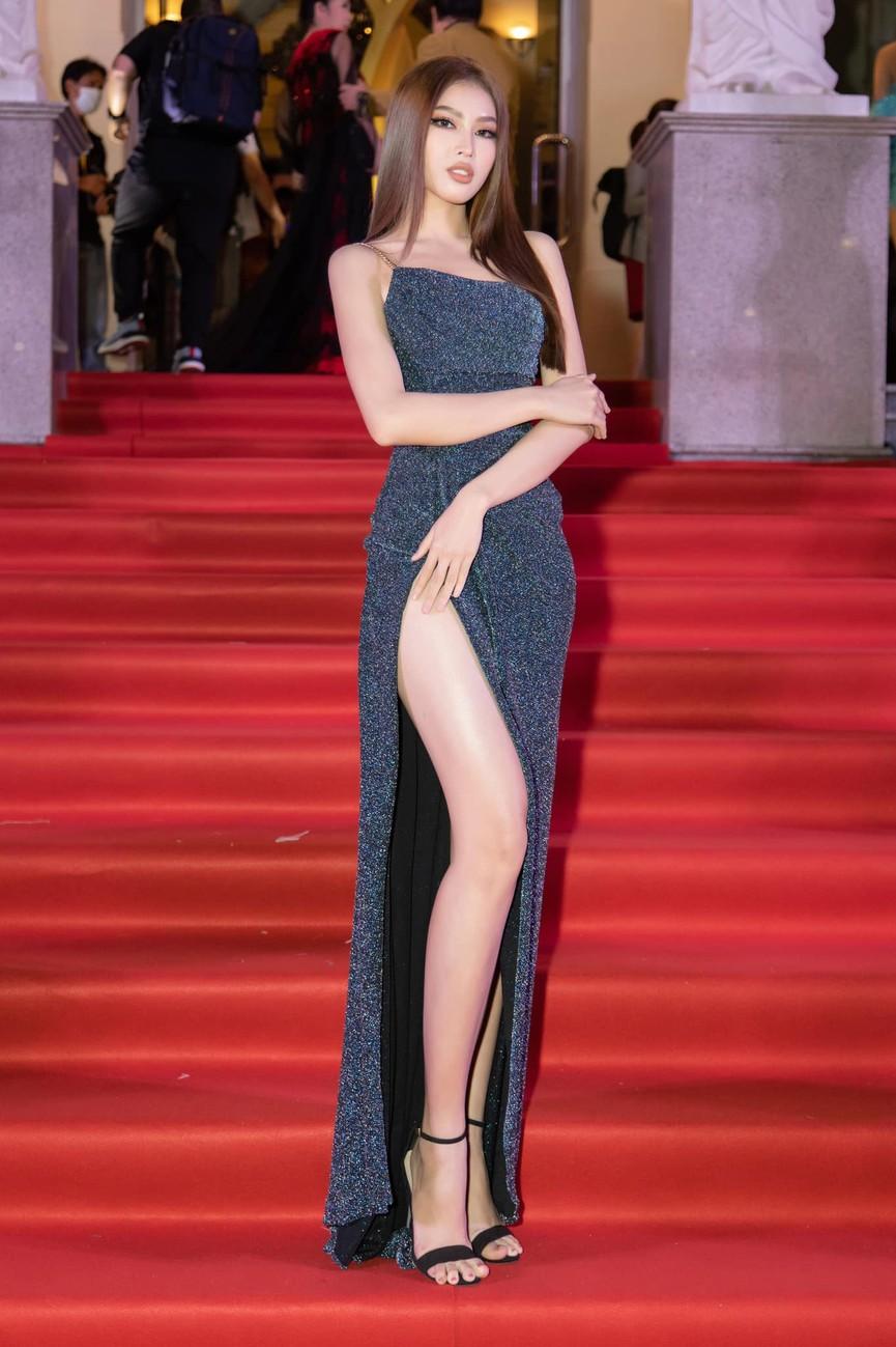 Top 3 Hoa hậu Việt Nam 2020 diện váy cắt xẻ khoe triệt để đường cong gợi cảm - ảnh 10