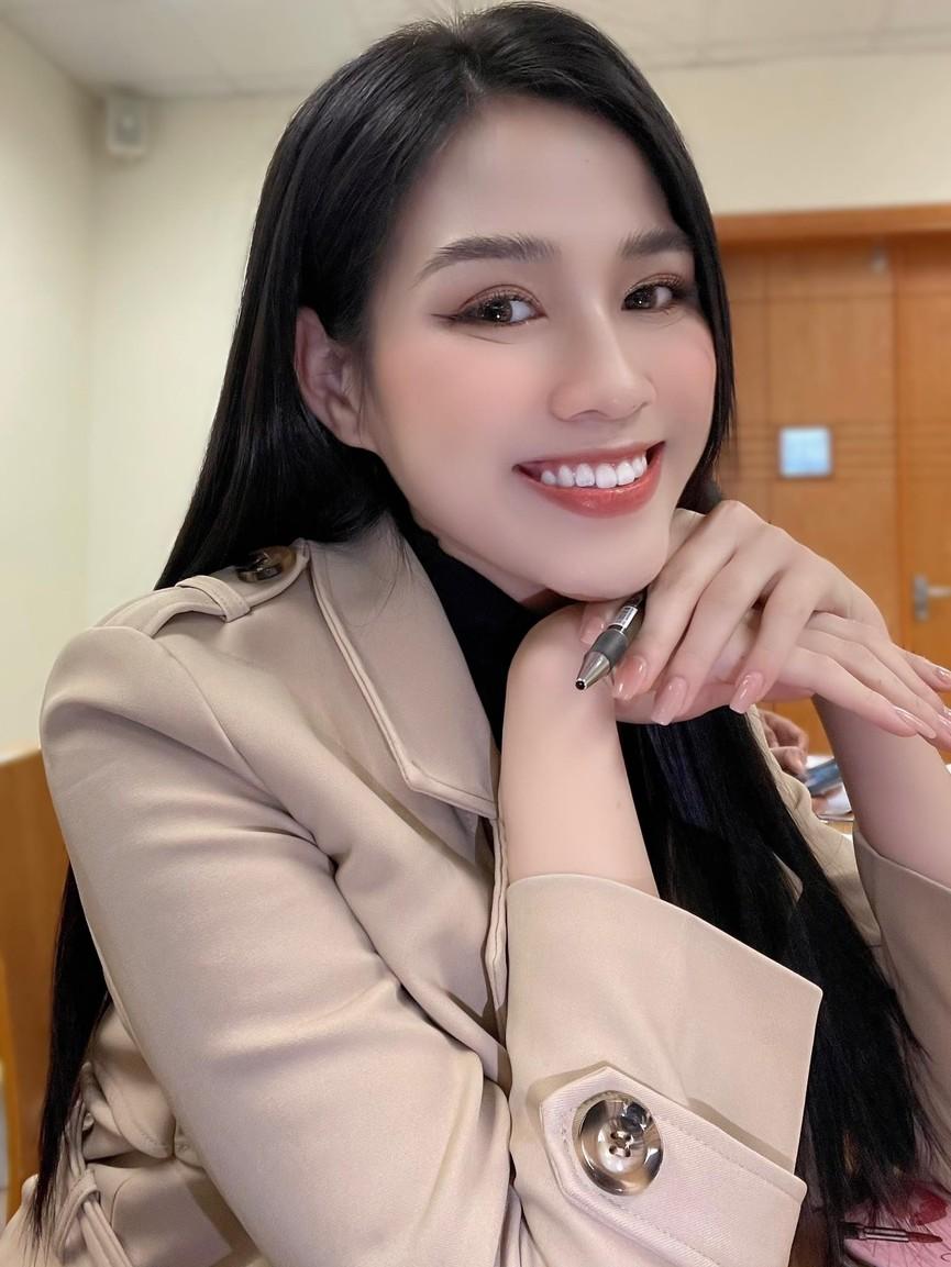 Loạt ảnh mới nhí nhảnh đáng yêu của hoa hậu Đỗ Thị Hà ở trường đại học - ảnh 1