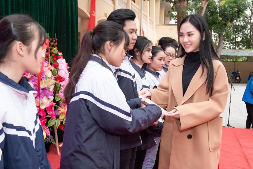 Người đẹp Nhân ái Huỳnh Nguyễn Mai Phương ấn tượng về chuyến thiện nguyện ở quê Hoa hậu Đỗ Thị Hà  - ảnh 2