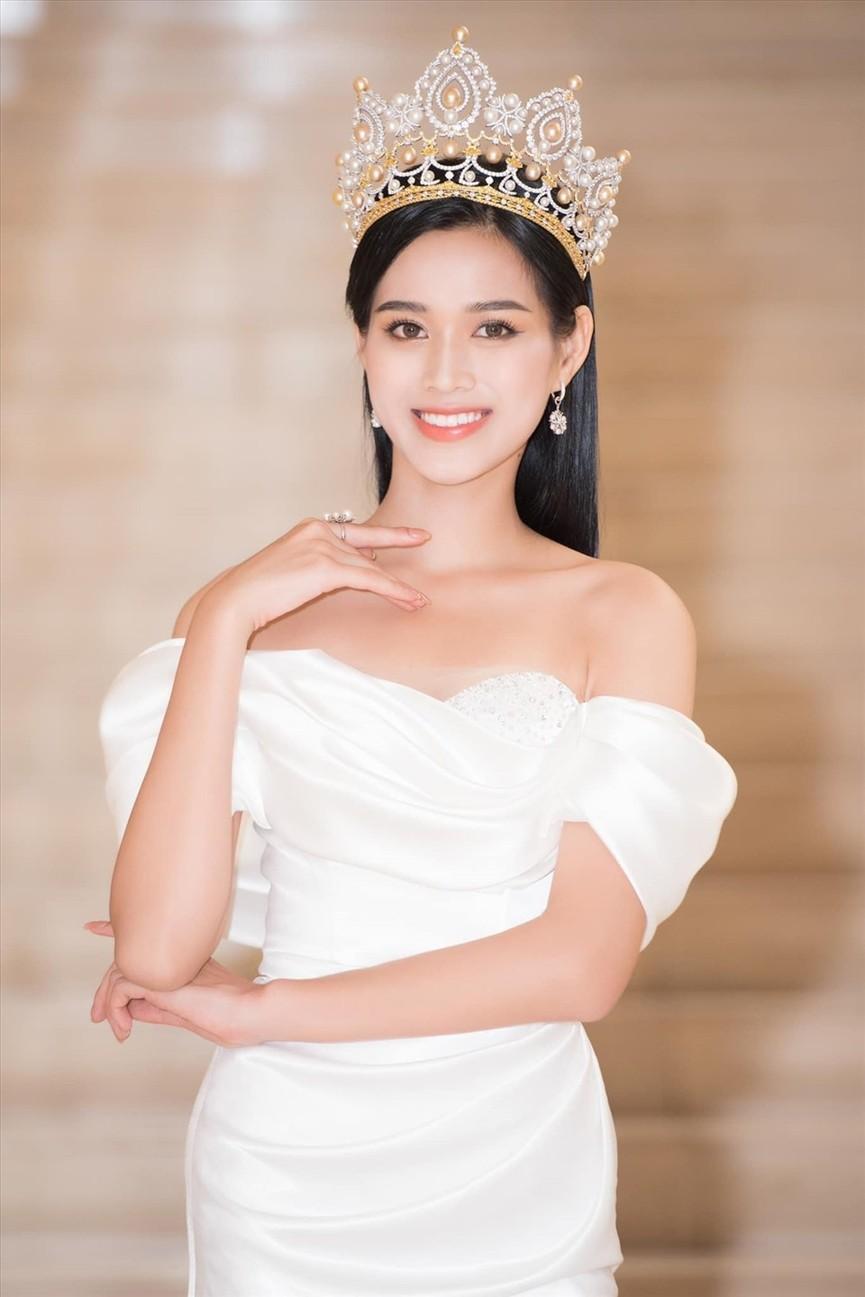 Không chỉ màu đỏ, Hoa hậu Đỗ Thị Hà còn chinh phục sắc trắng đẹp nao lòng - ảnh 1