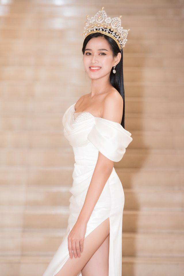 Không chỉ màu đỏ, Hoa hậu Đỗ Thị Hà còn chinh phục sắc trắng đẹp nao lòng - ảnh 2