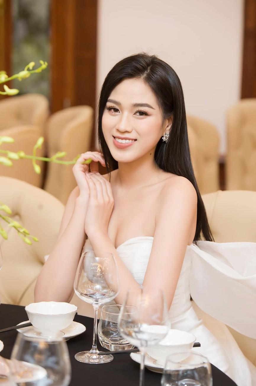 Không chỉ màu đỏ, Hoa hậu Đỗ Thị Hà còn chinh phục sắc trắng đẹp nao lòng - ảnh 9
