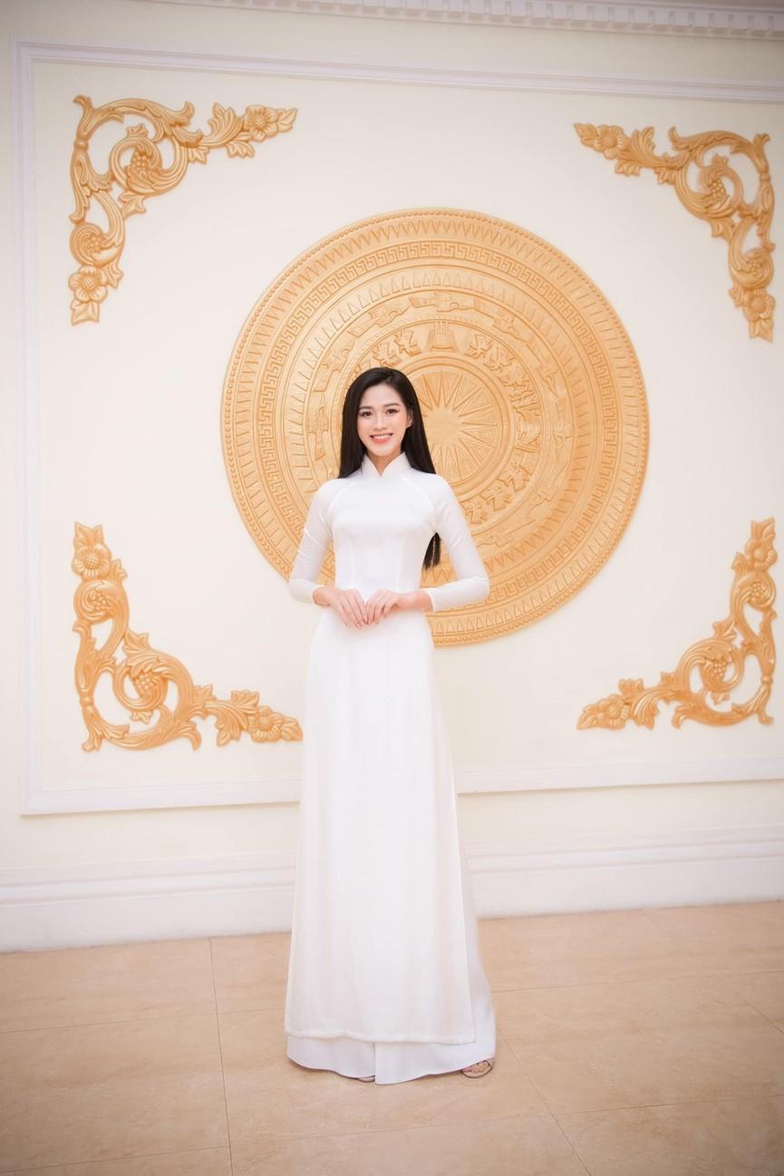 Không chỉ màu đỏ, Hoa hậu Đỗ Thị Hà còn chinh phục sắc trắng đẹp nao lòng - ảnh 12