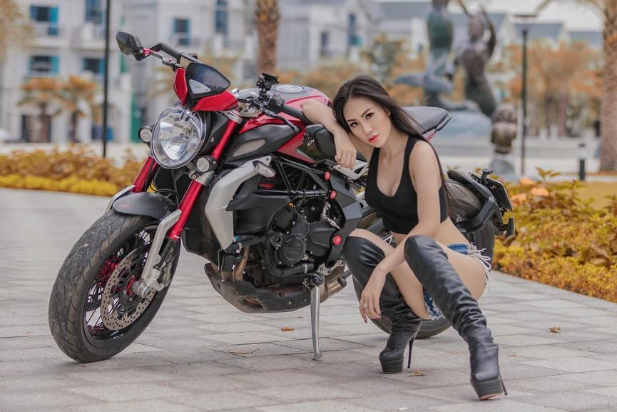 Người đẹp 9X 'đọ dáng' môtô phân khối lớn - ảnh 3