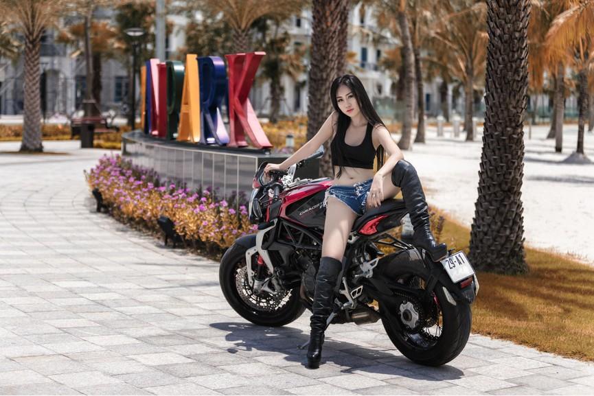 Người đẹp 9X 'đọ dáng' môtô phân khối lớn - ảnh 5
