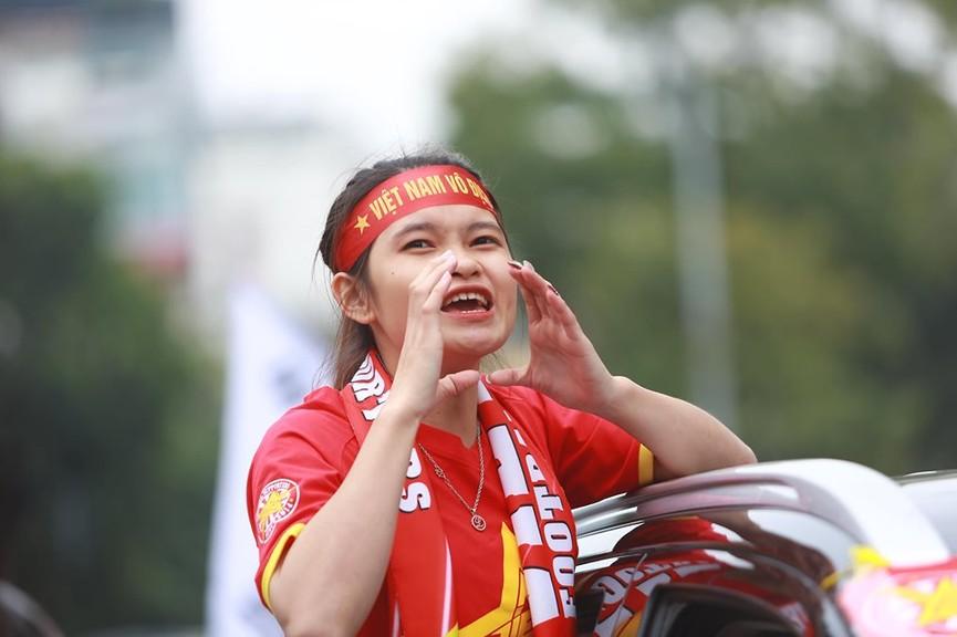 Mặc mưa gió, hàng trăm CĐV ra đường tiếp lửa cho tuyển Việt Nam - ảnh 11